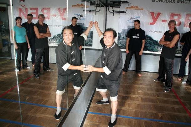 Мастер Му Юйчунь объясняет упражнение.